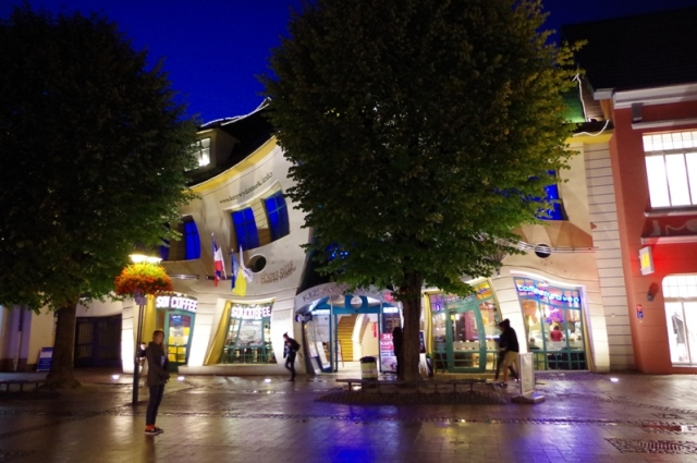 Sopot - Krzywy Domek o zmroku. Wycieczki szkolne – Hit The Road Travel