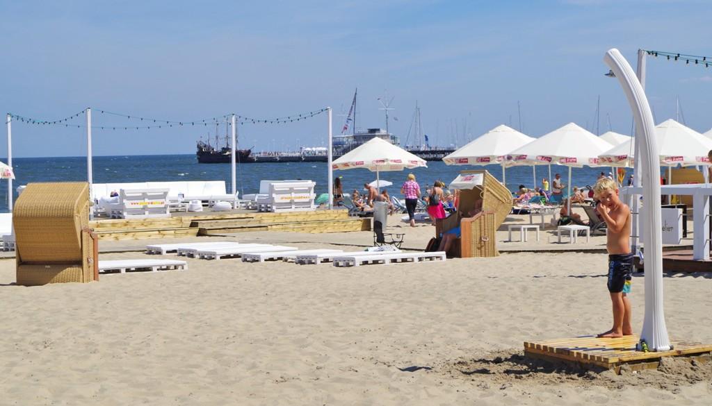 Sopot, plaża, wtle molo. Wycieczka poSopocie, zwiedzanie Sopotu – Hit The Road Travel