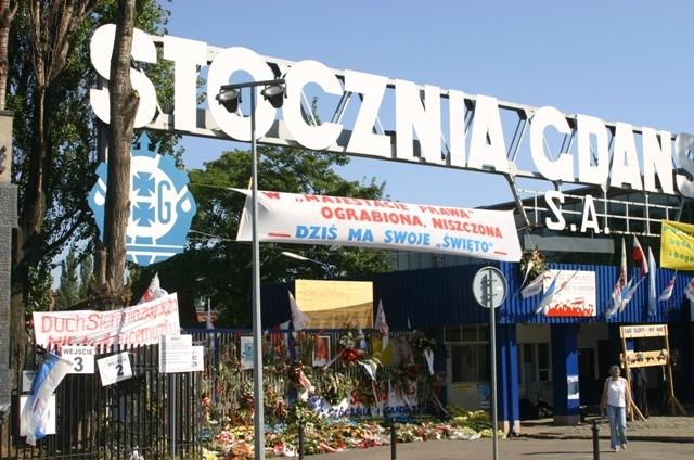Stocznia Gdańska - historyczna brama nr 2. Zwiedzanie Stoczni Gdańskiej – Hit The Road Travel