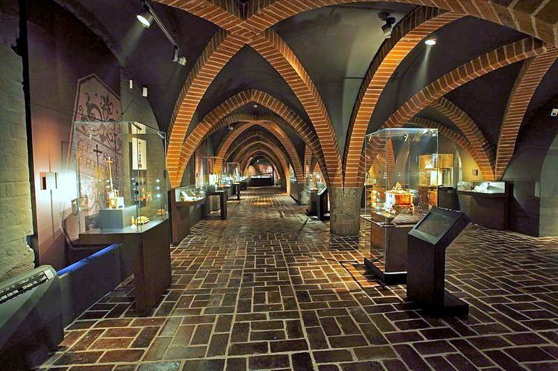 Kolekcja bursztynu Muzeum Zamkowego w Malborku. Wycieczka dla miłośników bursztynu – Hit The Road Travel
