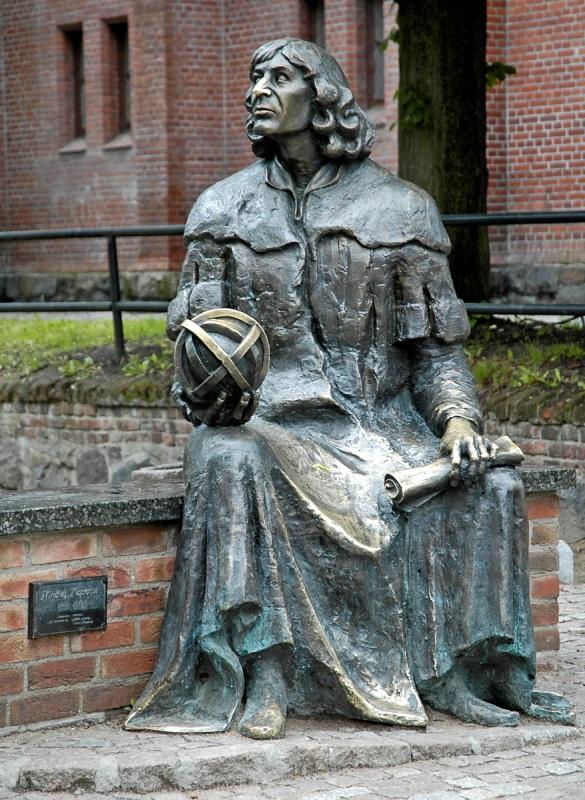 Pomnik Kopernika wOlsztynie. Wycieczka doTorunia, Fromborka, Lidzbarka Warmińskiego iOlsztyna – Hit The Road Travel