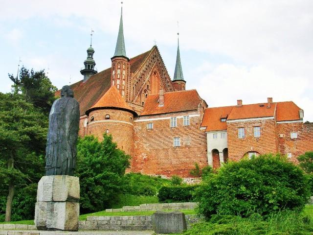Pomnik Kopernika na tle Wzgórza Katedralnego we Fromborku. Wycieczka do Torunia, Fromborka, Lidzbarka Warmińskiego i Olsztyna – Hit The Road Travel