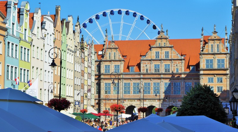 Długi Targ w Gdańsku, widok w stronę Zielonej Bramy. Wycieczka do Torunia, Fromborka, Lidzbarka Warmińskiego i Olsztyna – Hit The Road Travel