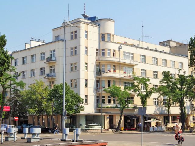 Modernistyczna kamienica w Gdyni przy Skwerze Kościuszki. Zwiedzanie Gdyni, wycieczka po Gdyni – Hit The Road Travel