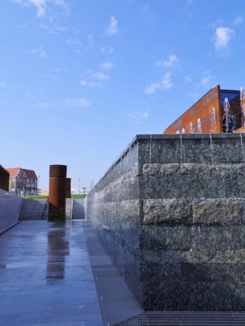 Europejskie Centrum Solidarności - fontanna. Wycieczki poGdańsku zabytkowym tramwajem – Hit The Road Travel