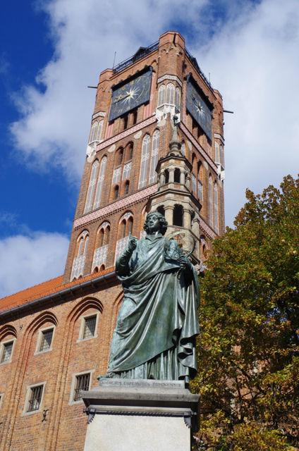 Toruń, pomnik Kopernika iratusz