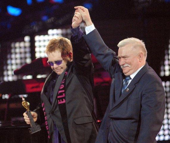 Lech Wałęsa z Eltonem Johnem. Zwiedzanie Stoczni Gdańskiej – Hit The Road Travel