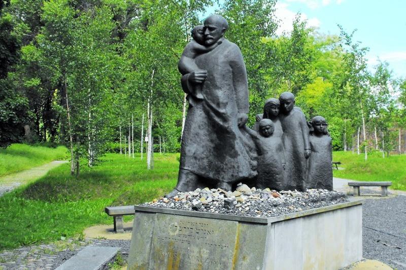 Pomnik Janusza Korczaka na Cmentarzu Żydowskim w Warszawie. Wycieczka do Warszawy – Hit The Road Travel